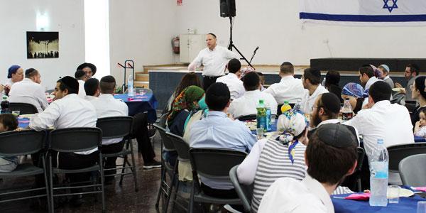 Rabbi Josh Fass addresses an audience about Nefesh B'Nefesh.